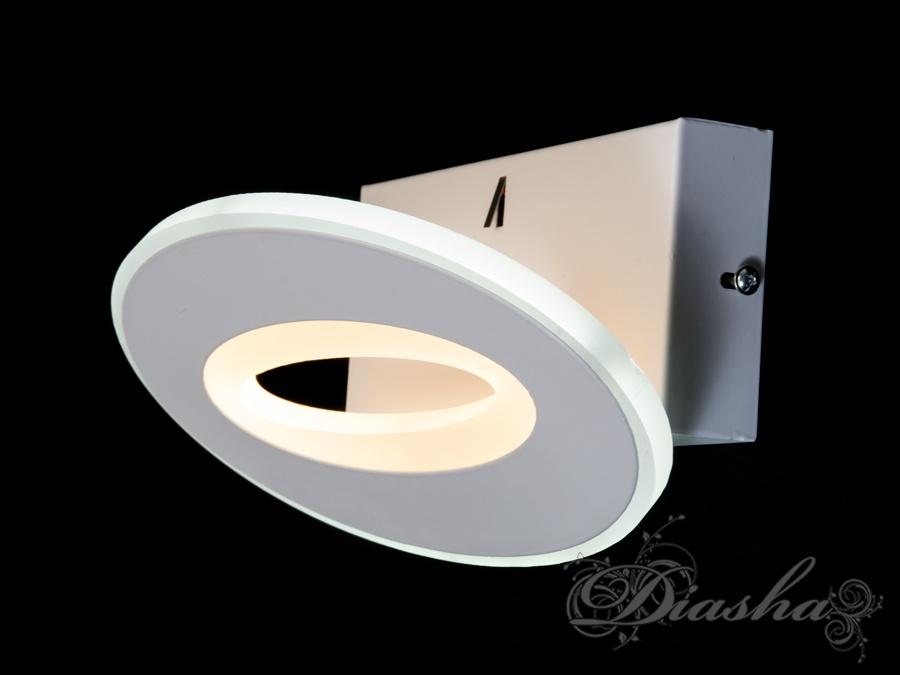 Для включения бра использован новый, эргономичный механизм. Достаточно просто чуть чуть отвернуть бра от стены и оно включится. Поворотный механизм позволяет удобно направлять освещение от бра например при чтении. Так же большим преимуществом при использовании данного бра для чтения - большая площадь излучения сравнимая с размерами страницы книги. В отличие от точечных источников света, таких как COB-светодиод, или нить лампы накаливания создающих резкий контрастный свет, данные бра дают мягких равномерный свет нейтрального спектра. Характеристики и комплектация могут быть изменены производителем. Цвет изделия может отличаться из-за настроек монитора.