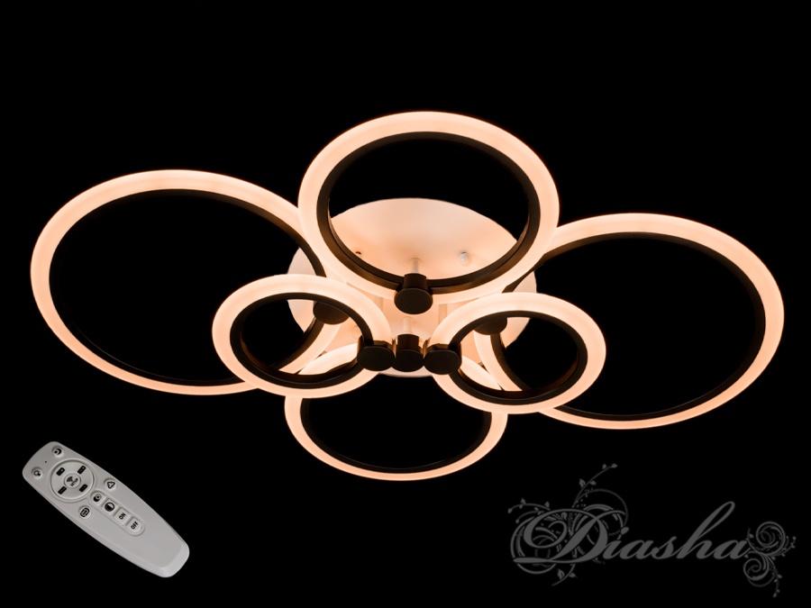 Освещение становится ещё мягче - в новых люстрах ТМ Диаша акриловый плафон теперь равномерно распределяет свет по всему помещению. Мы поменяли плафон и металл местами, и теперь светящая поверхность еще больше! Такая люстра запросто подойдет под любой интерьер – классический, современный и даже в стиле «хай-тек».Рассеиватель выполненный из литого акрила равномерно распределяет свет по помещению. При этом сам светится очень мягко. Вы можете смотреть на включенную люстру и не бояться словить